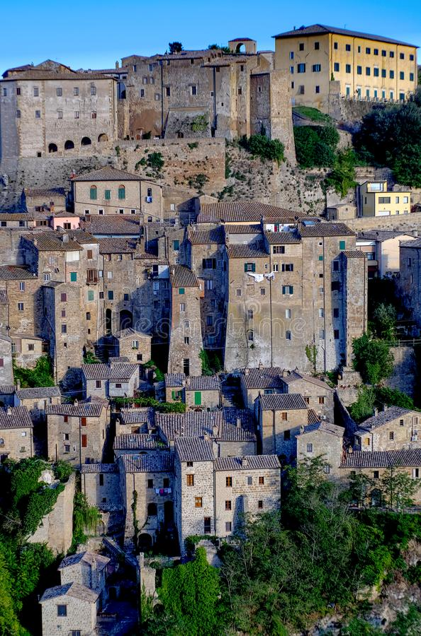 Vista da vila italiana velha de Sorano em Toscânia imagens de stock