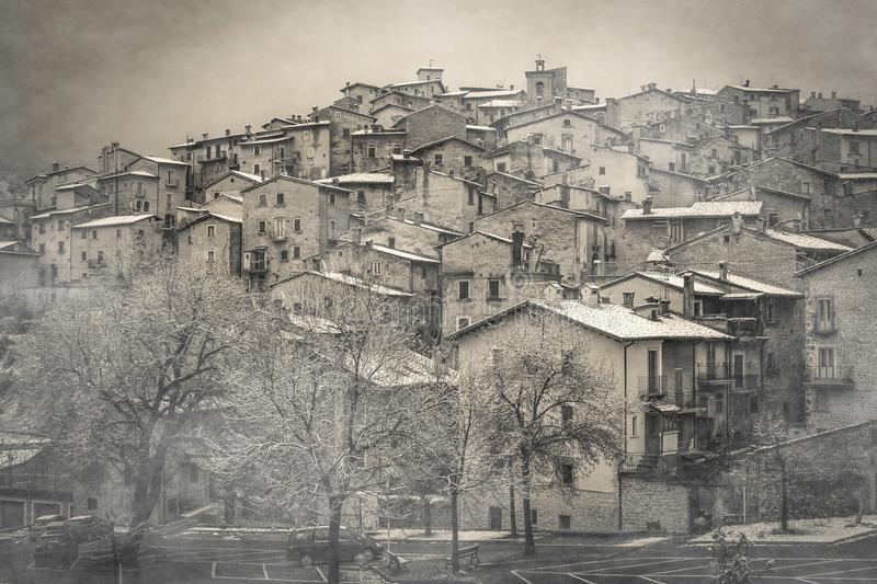 A vista da vila medieval misteriosa com névoa e a neve no inverno temperam, Abruzzo imagens de stock royalty free