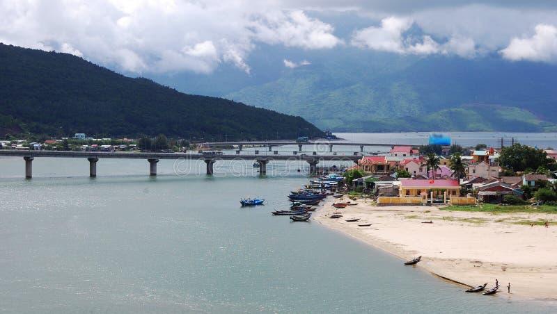 Vista da vila na matiz, Vietname de Lang Co imagens de stock royalty free