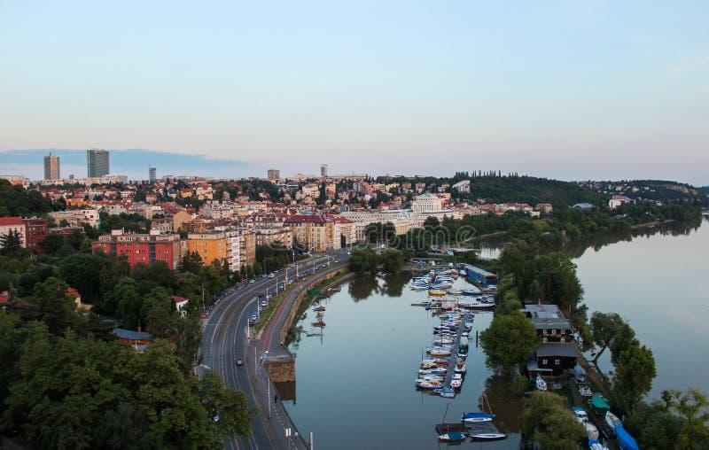 Vista da Vysehrad, Praga Barca sul fiume della Moldava immagine stock