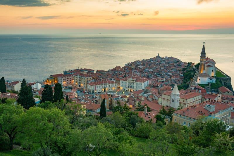 Vista dai mura di cinta della chiesa e della città Piran fotografie stock libere da diritti