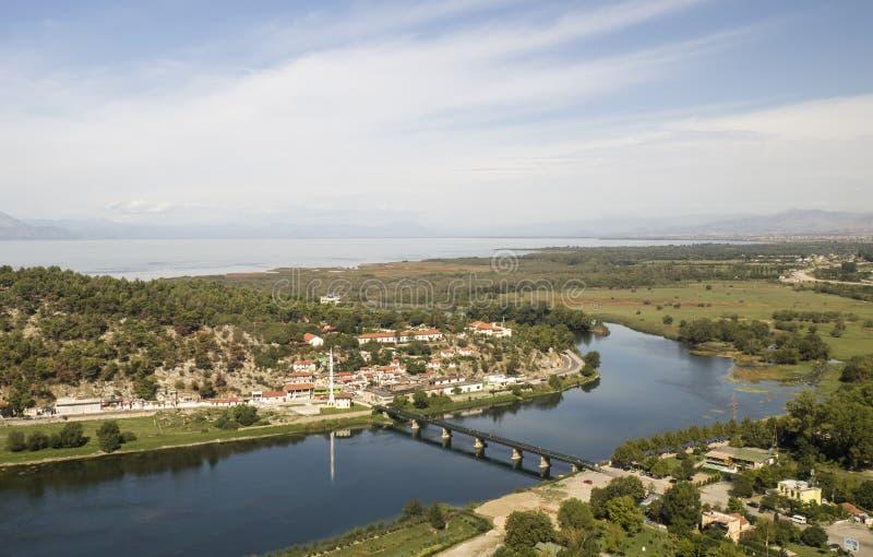 Vista dai riuns del castello Skoder in Albania sul fiume Buna immagine stock