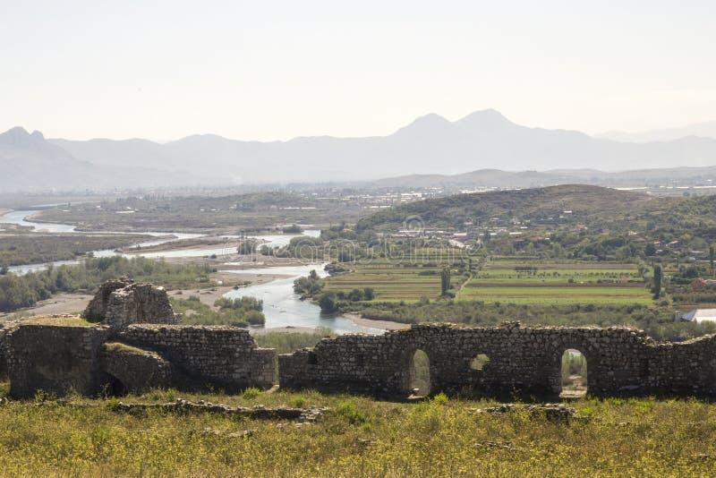 Vista dai riuns del castello Skoder in Albania sul fiume Buna fotografia stock libera da diritti