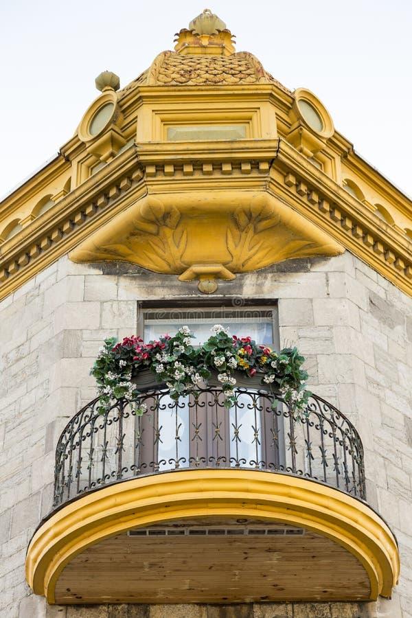Vista dal basso del balcone del metallo e di legno rotondo e del cornicione dorato decorato fotografia stock libera da diritti