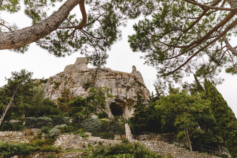 vista dal basso della montagna rocciosa con la caverna antica, La forte del de fotografie stock libere da diritti