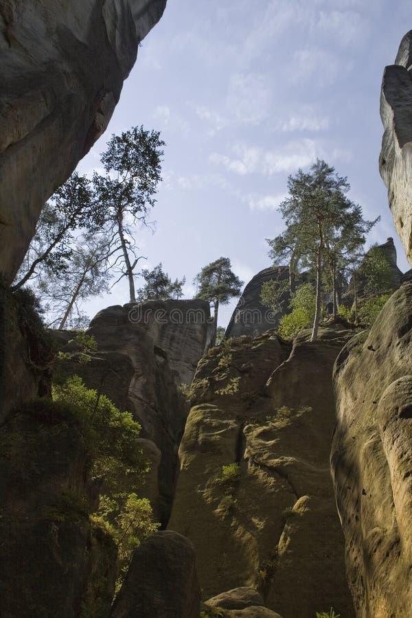 Vista dal basso della scogliera della roccia immagine stock