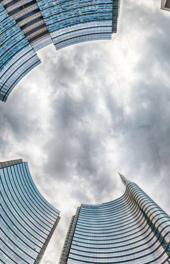 Vista dal basso della torre di Unicredit, grattacielo iconico a Milano, Italia fotografie stock