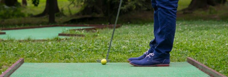 vista dal basso di colpire la palla di mini-golf immagine stock