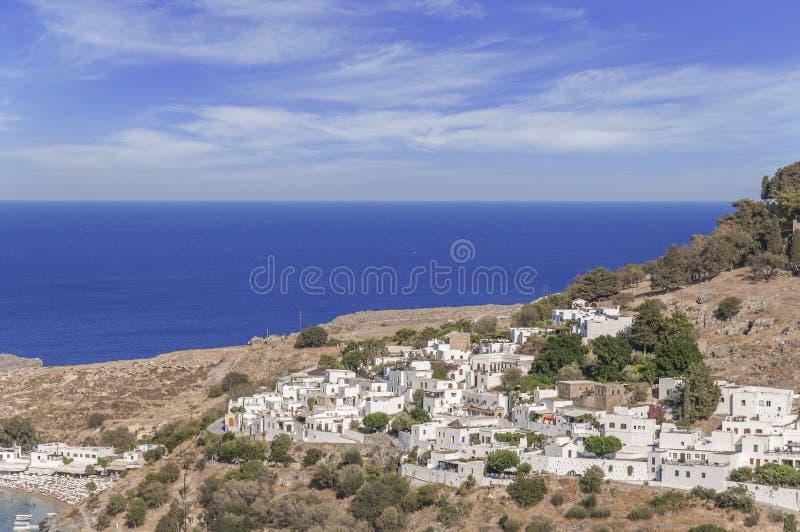 Vista dal basso di estate di Rhodes Acropolis di Lindos con il mare fotografia stock