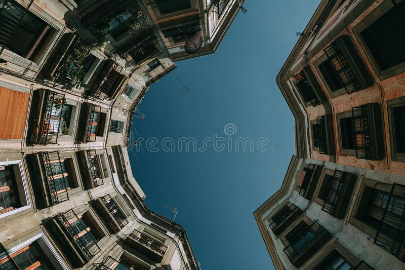 Vista Dal Basso Di Gray Concrete Building Al Giorno Dominio Pubblico Gratuito Cc0 Immagine