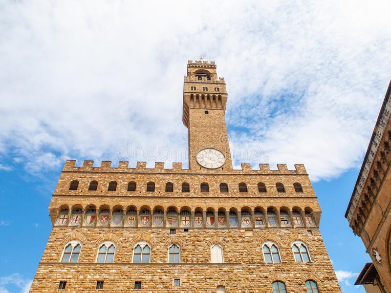 Vista dal basso di Pallazo Vecchio, vecchio palazzo - municipio, con l'alto campanile, della Signoria, Firenze, Toscana della pia fotografia stock libera da diritti