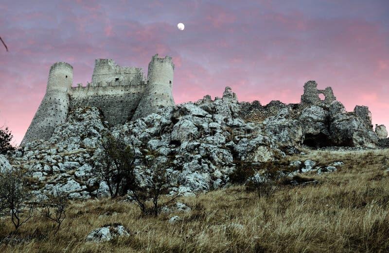 Vista dal basso di Rocca Calascio al tramonto fotografia stock libera da diritti