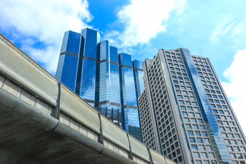 Vista dal basso di skyscaper nel distretto aziendale fotografia stock