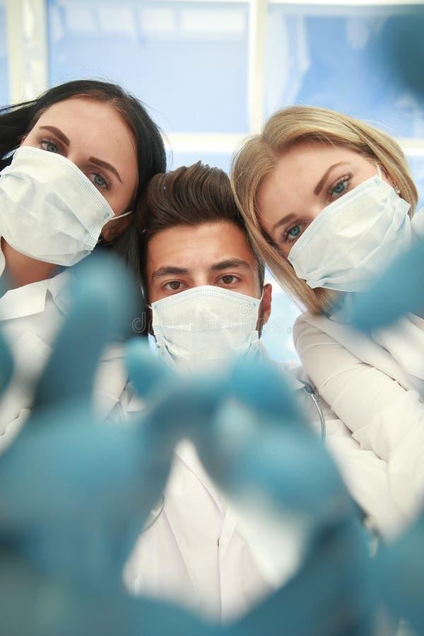 Vista dal basso un gruppo di chirurghi ha realizzato l'operazione immagine stock