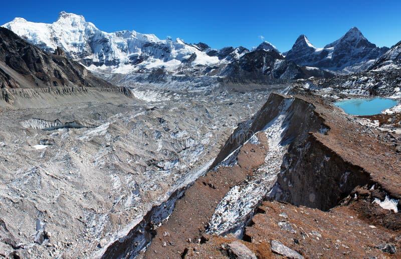 Vista dal campo basso di Cho Oyu al ghiacciaio di gyazumba e di ngozubma immagine stock
