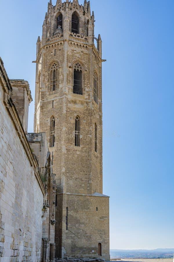 Vista dal cortile dell'entrata alla vecchia cattedrale di Lleida La Catalogna Spagna fotografia stock