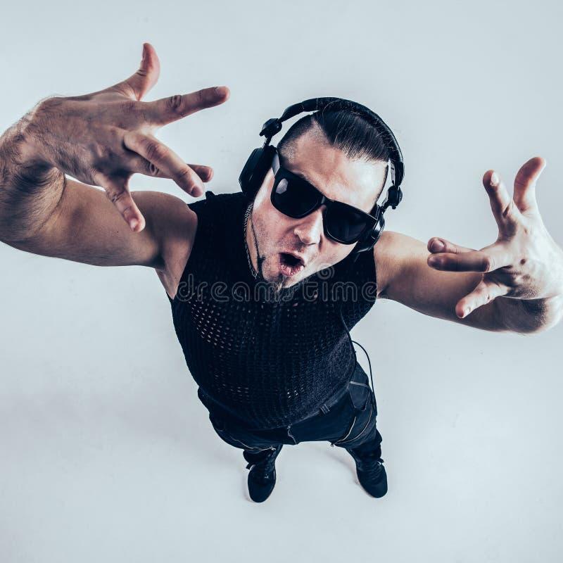Vista dal DJ superiore - rapper con le cuffie su un fondo leggero immagine stock
