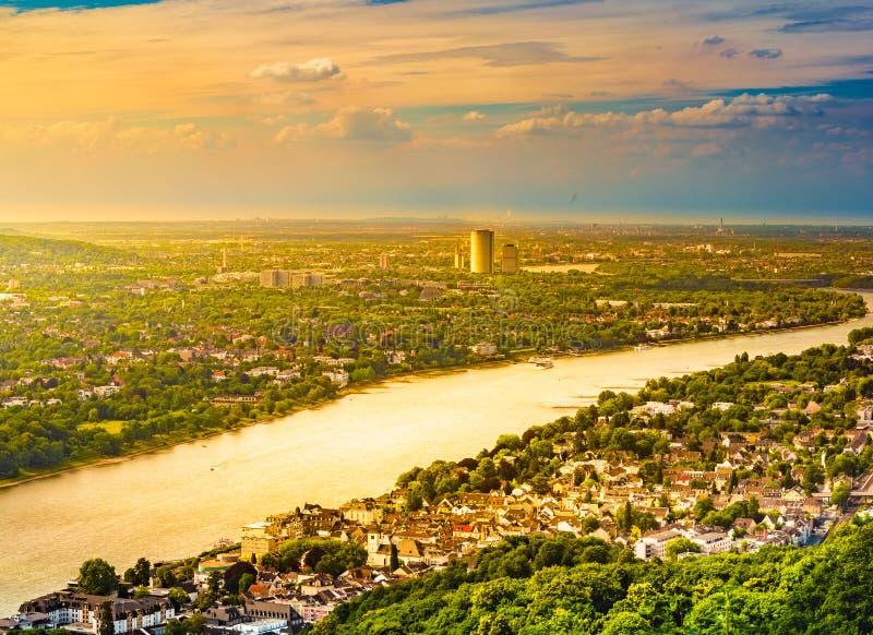 Vista dal Drachenburg, fiume il Reno e Renania, Bonn, Germania, Europa di panorama fotografia stock