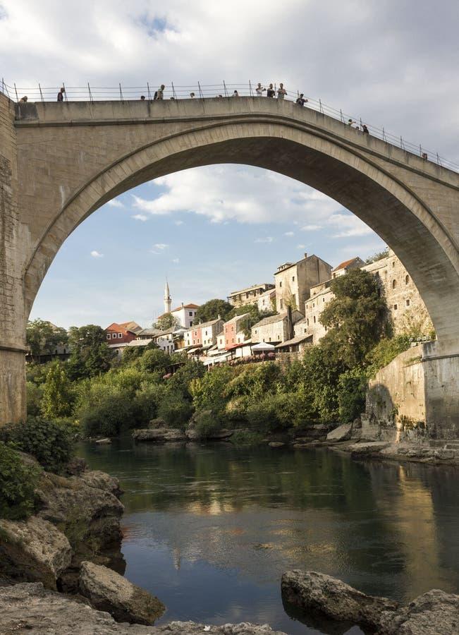 Vista dal fondo del ponte di Mostar e del fiume famosi di Neretva fotografie stock libere da diritti