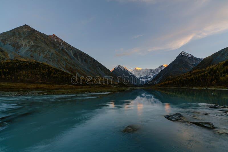 Vista dal lago Akkem sul bordo vicino di Belukha della montagna fra la Russia e Kazahstan durante l'autunno dorato immagine stock libera da diritti