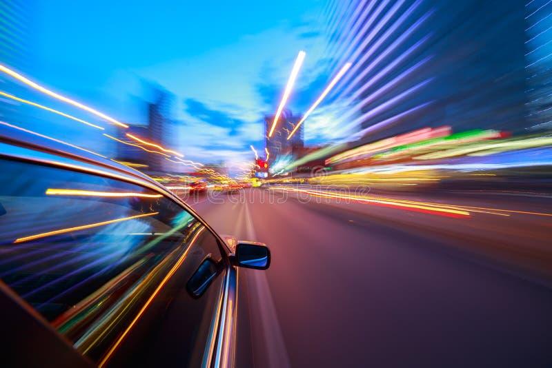 Vista dal lato dell'automobile che si muove in una città di notte fotografia stock libera da diritti