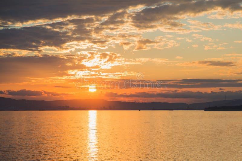 Vista dal mare al tramonto sopra la città di Novorossijsk della Russia fotografie stock