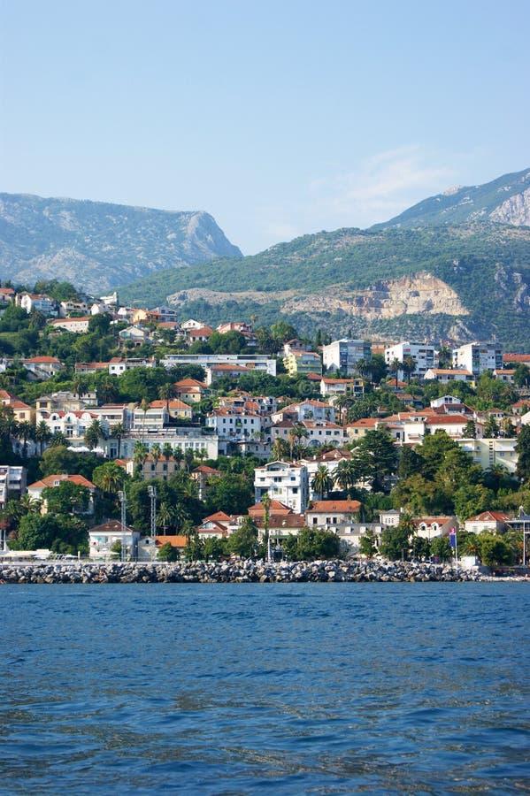 Vista dal mare alla città di Castelnuovo fotografie stock libere da diritti