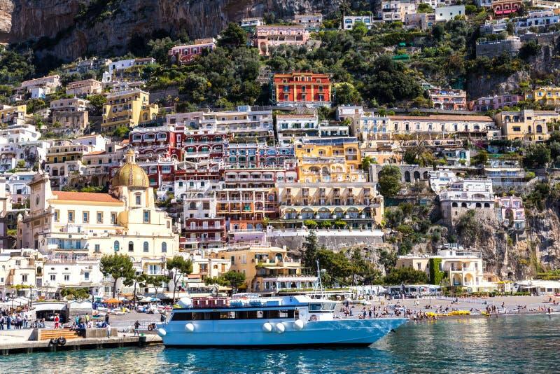 Vista dal mare alla città italiana con le case variopinte sulle montagne Costa di Amalfi - fondo di viaggio ed architettonico immagini stock