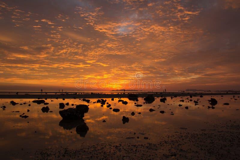 Vista dal mare, cielo arancio, belle nuvole di tramonto fotografia stock