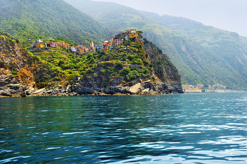 Vista Dal Mare Sul Villaggio Corniglia Con Le Vigne A Terrazze ...