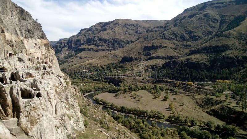 Vista dal monastero Vardzia complesso della caverna sulle periferie immagini stock libere da diritti