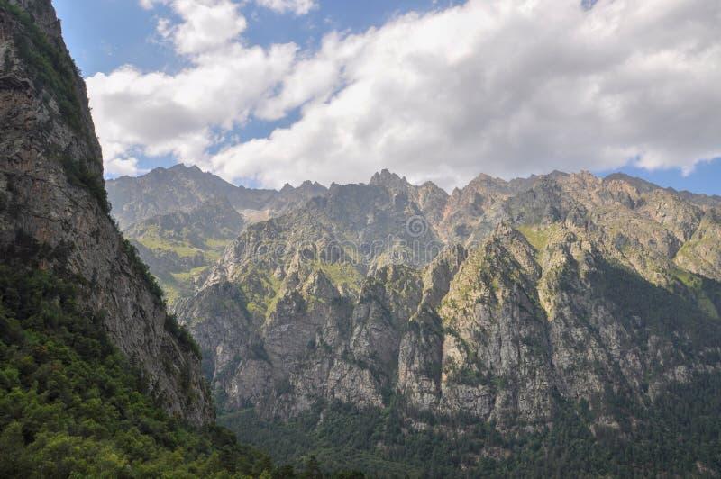 Vista dal monte Monk sulla montagna, che si trova nella gola di Tsey nel Caucaso settentrionale Ossezia settentrionale Alania immagini stock libere da diritti