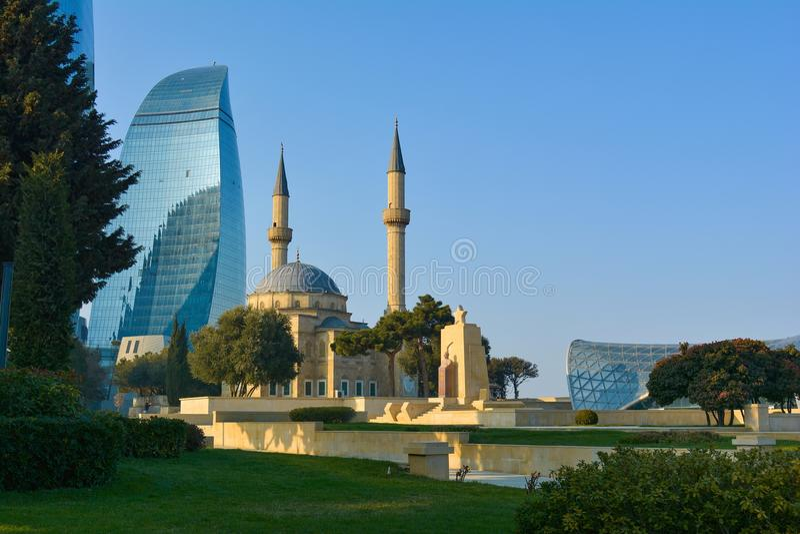 Vista dal parco della montagna sulla moschea Baku Azerbaijan immagine stock libera da diritti