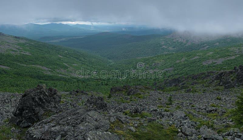 Vista dal pendio del supporto della roccia di Serebryansky sotto le nuvole fotografia stock