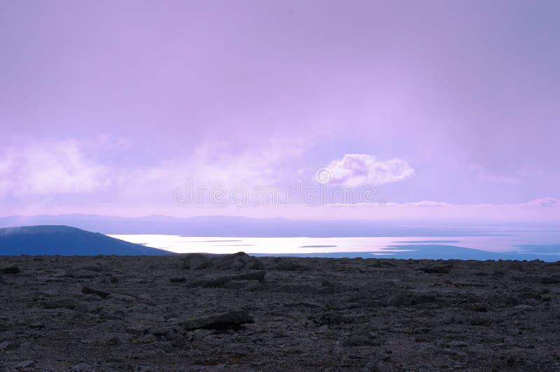 Vista dal plateau della montagna al lago distante fotografie stock libere da diritti