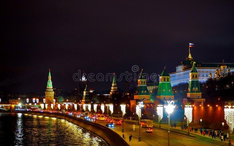 Vista dal ponte al Cremlino, fiume di Mosca e città di Mosca Panorama alla notte, Mosca, Russia fotografia stock libera da diritti