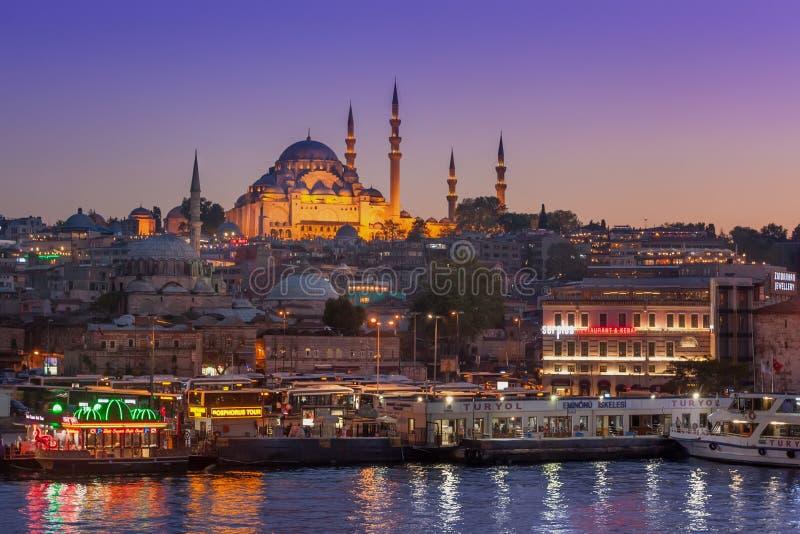 Vista dal ponte di Galata, Costantinopoli, Turchia di notte fotografia stock
