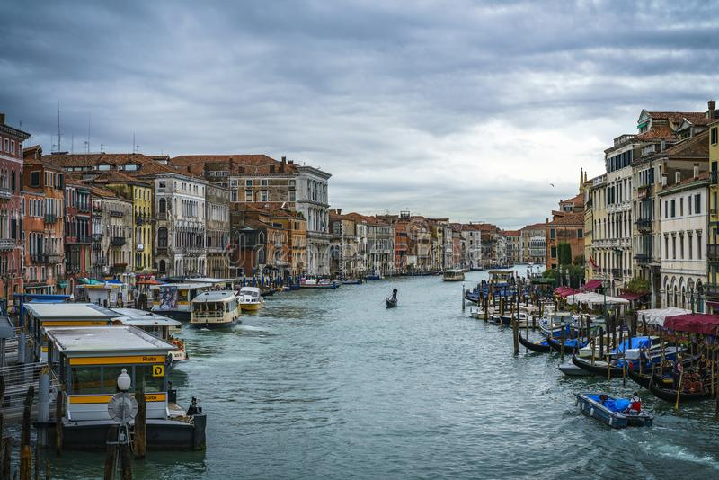 Vista dal ponte di rialto sul canal grande a Venezia su un Cl fotografie stock