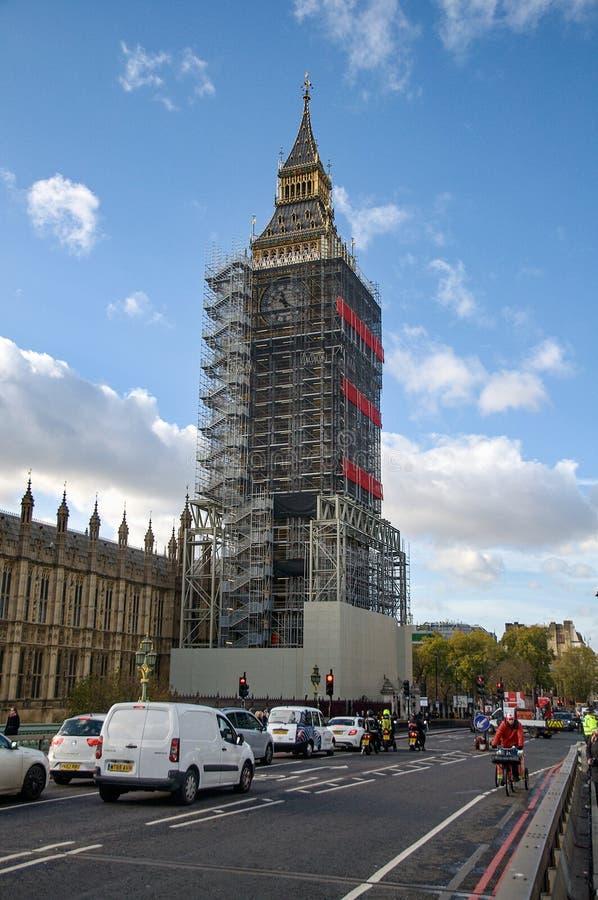 Vista dal ponte di Westminster su una torre dell'armatura intorno ad Elizabeth, conosciuta come Big Ben fotografie stock