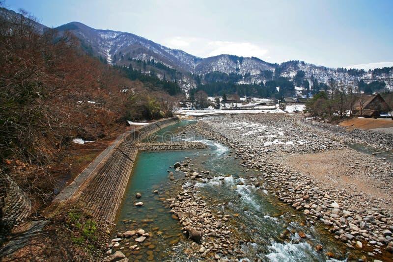 Vista dal ponte sopra il fiume di Shogawa in Shirakawa fotografie stock libere da diritti