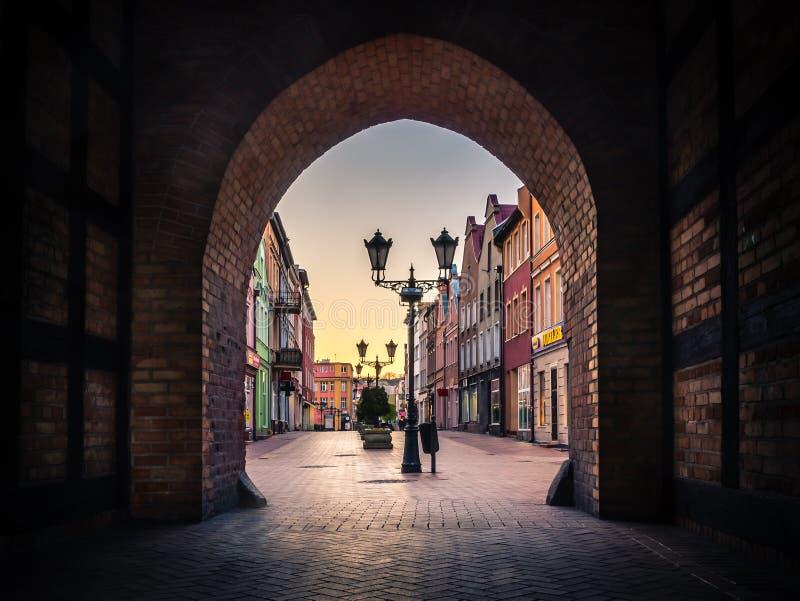 Vista dal portone di Czluchowska in Chojnice, Polonia fotografie stock libere da diritti