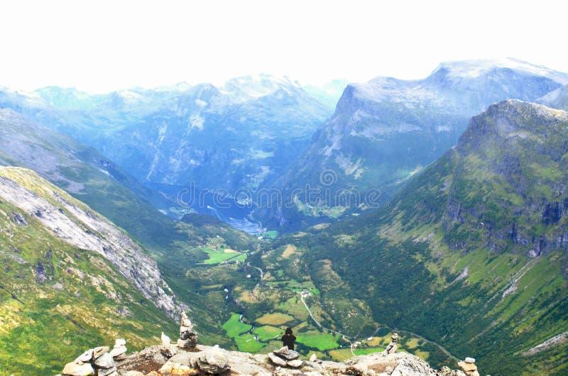 Vista dal punto di vista di Dalsnibba sulla strada di Nibbevegen che conduce giù al fiordo di Geiranger in Norvegia fotografia stock