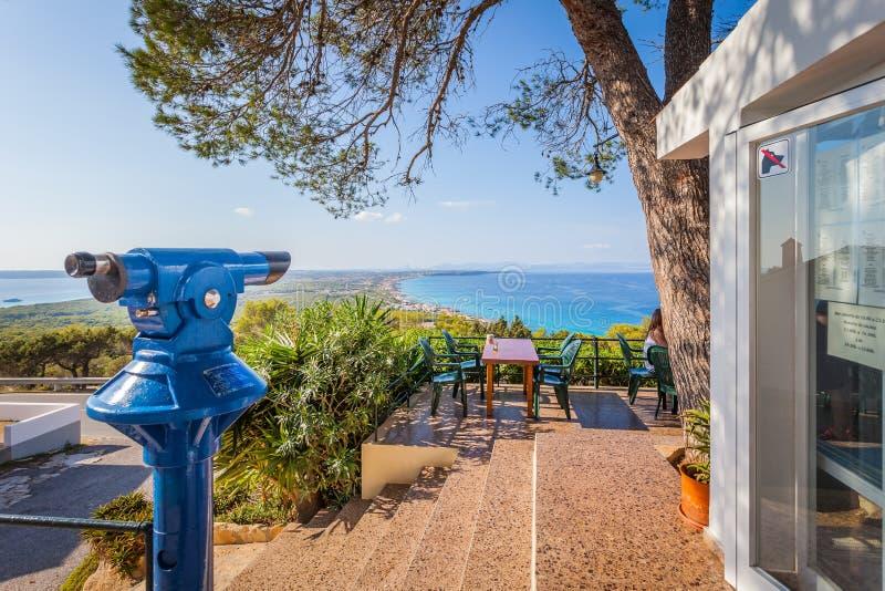 Vista dal ristorante alla collina su panorama dell'isola, Isole Baleari immagini stock