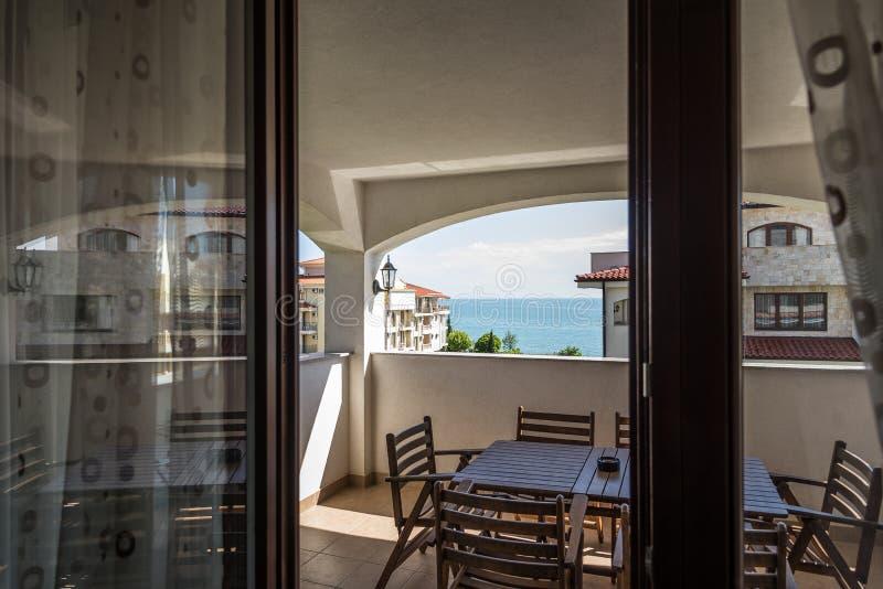 Vista dal terrazzo della località di soggiorno reale della casa dell'appartamento sul mare e sui territori adiacenti fotografie stock