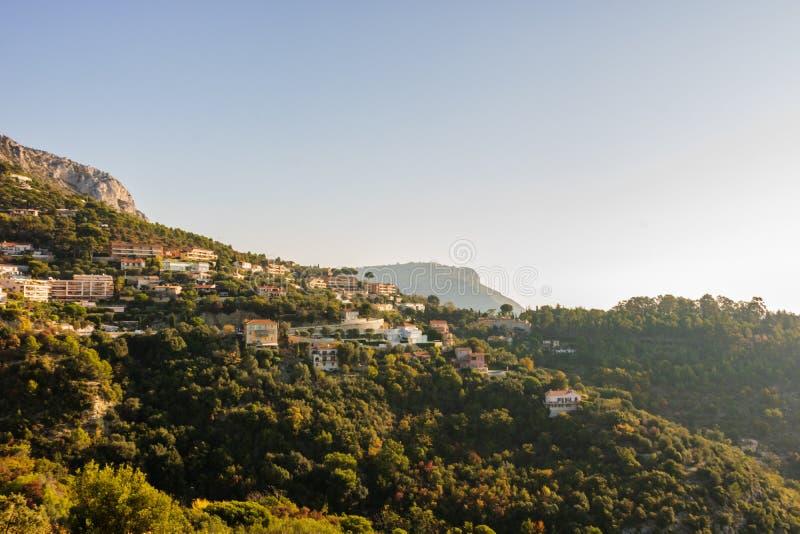 Vista dal villaggio di Eze, alberi e montagne, vecchie case e strade di un Riviera francese Eze, Francia fotografie stock