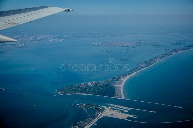 Vista dall'aeroplano in due isole fotografia stock libera da diritti