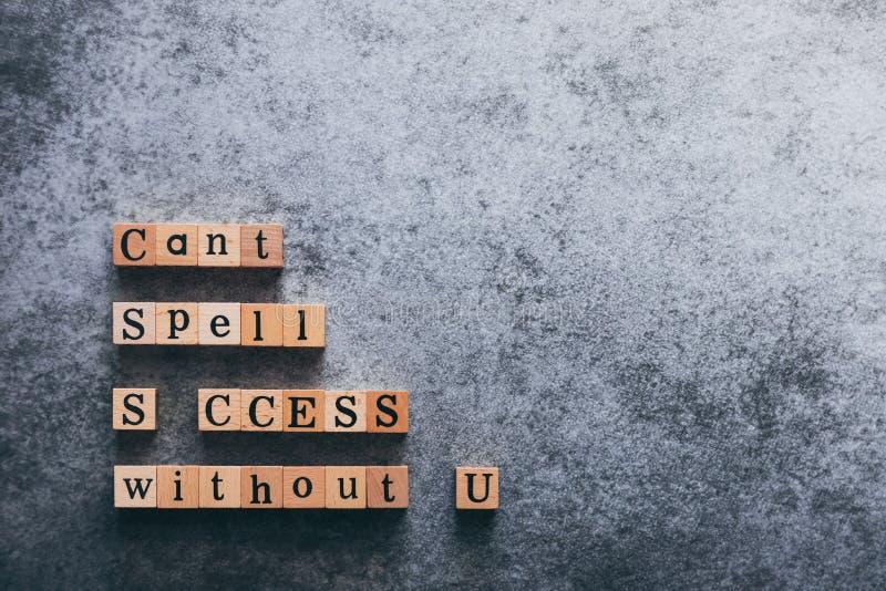 Vista dall'alto della parola della lettera del cubo di legno Cant Spell SUCCESS senza U Idea di motivazione e ispirazione nella v fotografia stock libera da diritti