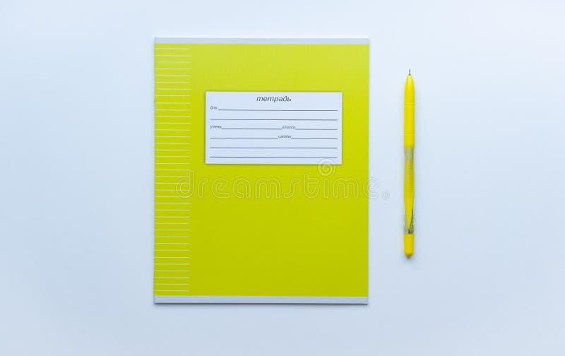 Vista dall'alto della prima pagina del quaderno degli alunni verdi con modulo per l'accesso a nome, cognome, grado, ecc. con penn immagini stock