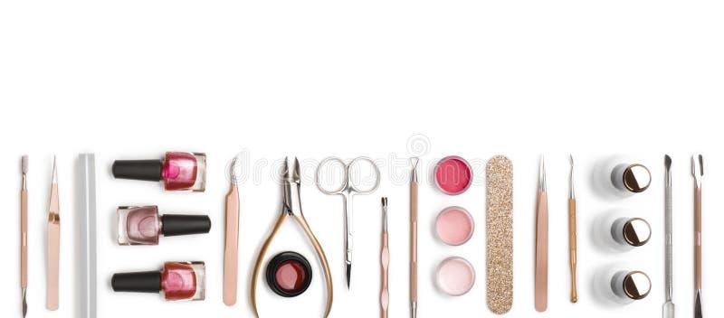Vista dall'alto delle attrezzature per manicure e pedicure su fondo bianco fotografia stock libera da diritti