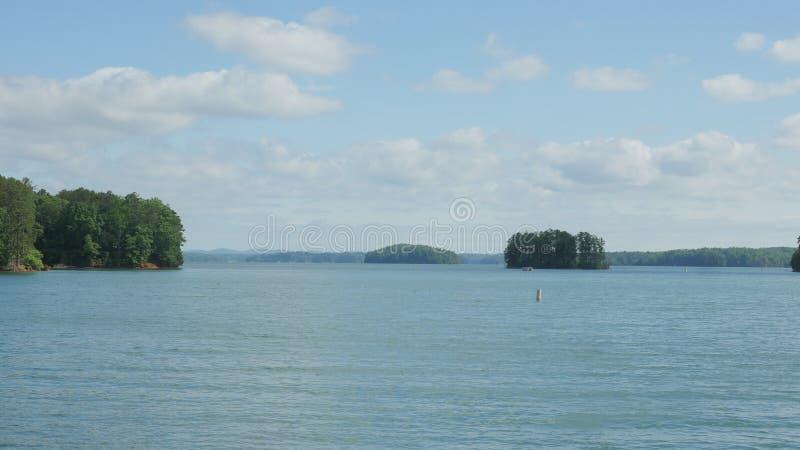 Vista dall'altro lato di un lago fotografia stock libera da diritti
